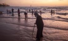 الفلسطينيون يعانقون البحر