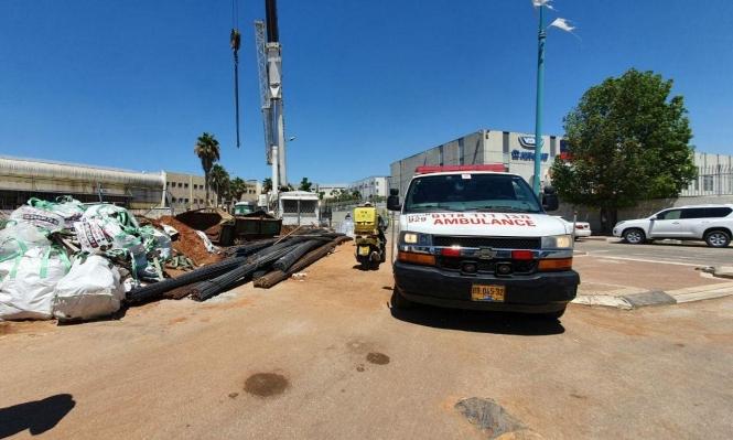 الرملة: إصابة عامل سقط عليه جسم ثقيل