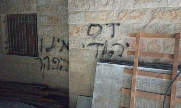 مستوطنون يضرمون النار بمركبة فلسطينية في الضفة المحتلة