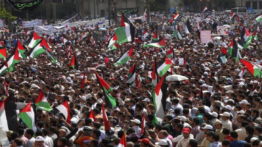 علم فلسطين في ميدان التحرير عام 2011 (أ ب)