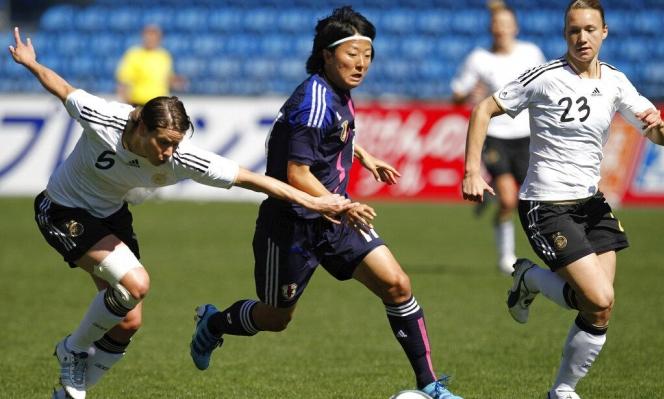 لاعبة كرة قدم يابانيّة تنضم لفريق للرجال