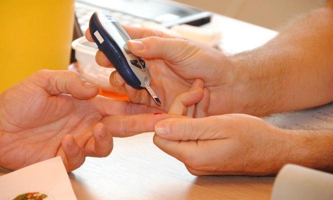 البدانة والسُكري وارتفاع ضغط الدم: الأسباب الأكثر انتشارًا لدى إصابات كورونا الشابة
