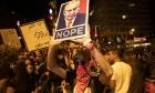 رغم مطالبته بالتزام الحجر: مستشار نتنياهو اندس بين المتظاهرين