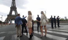 باريس: إخلاء برج إيفل بعد بلاغ بوجود قنبلة