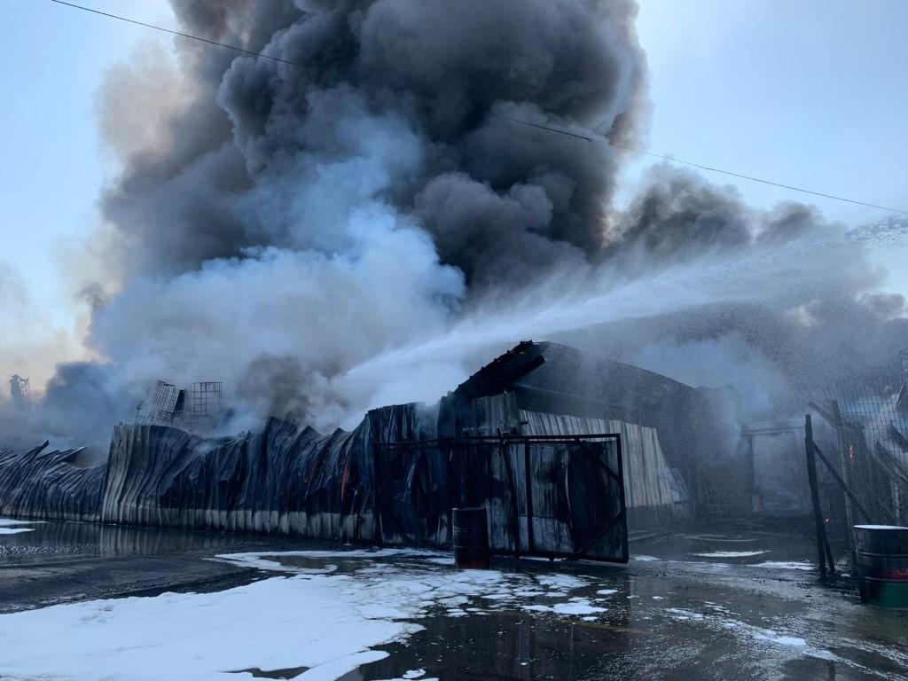 عكا: حريق هائل في مصنع وإغلاق شارع رئيسي