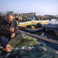 مداهمات واعتقالات بالضفة واستهداف للصيادين ببحر غزة