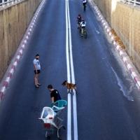 الحكومة الإسرائيلية تصادق على تمديد الإغلاق والقيود على المظاهرات