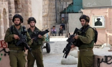 الاحتلال يعتقل شابًا وينصب حواجز عسكرية على مداخل مدينة الخليل