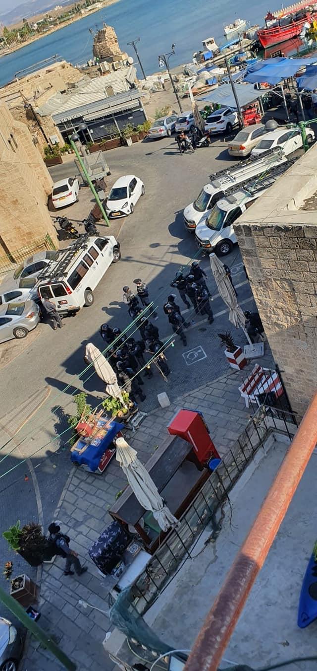 عكا: الشرطة تفرق الشباب بقنابل الغاز المسيل للدموع