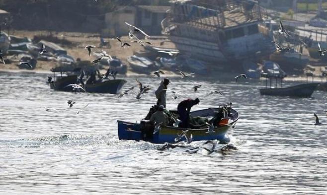 غزة: الاحتلال يطلق النار على صيادين ويقيد حركتهم