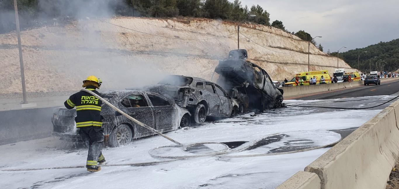 احتراق 4 سيارات وإصابة شابين بحادث طرق قرب حيفا