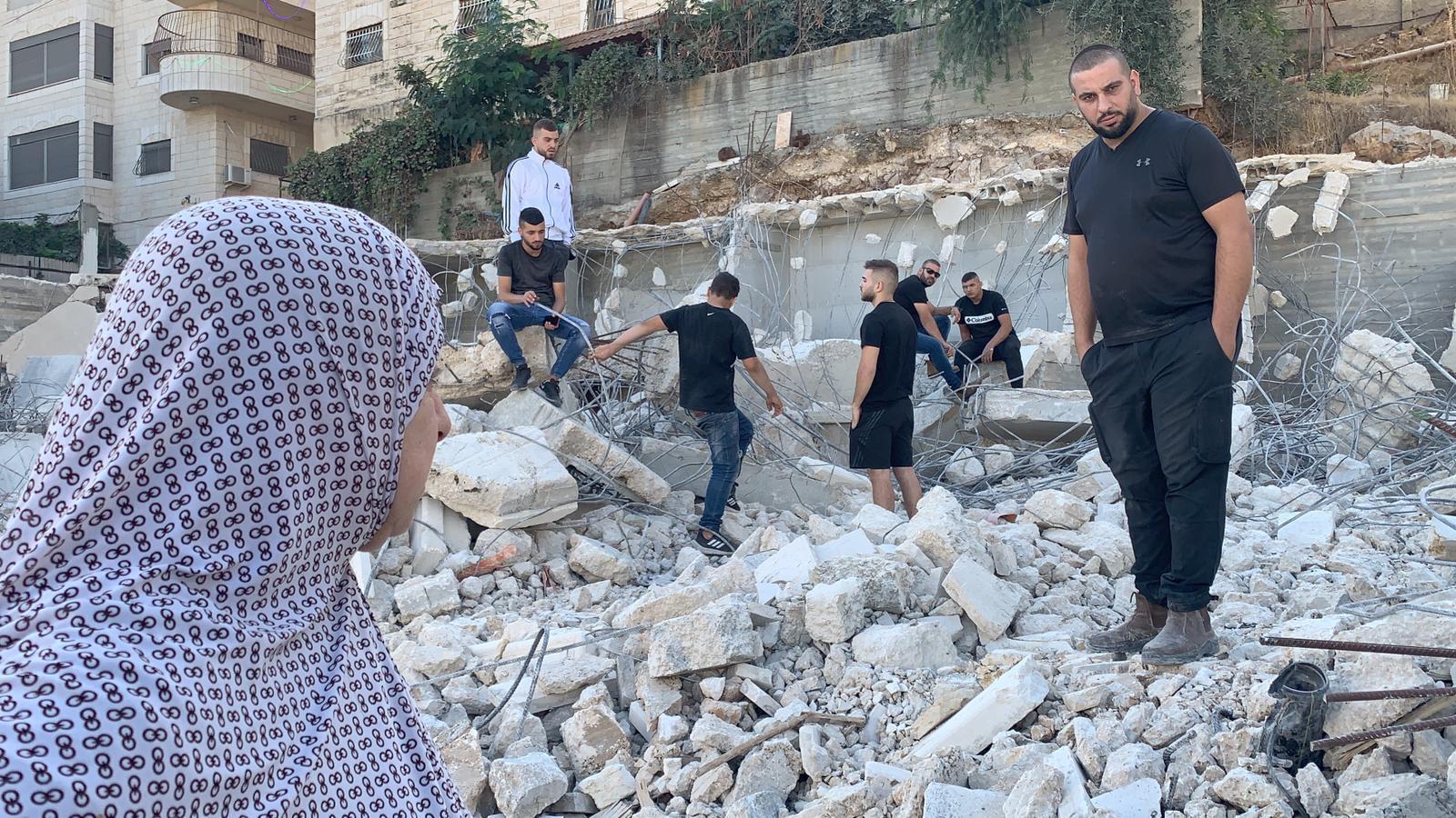 الاحتلال يهدم منزلا و6 محال تجارية بمخيم شعفاط