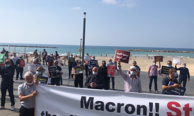 تظاهرة أمام سفارة فرنسا في تل أبيب تطالب ماكرون بالاعتذار