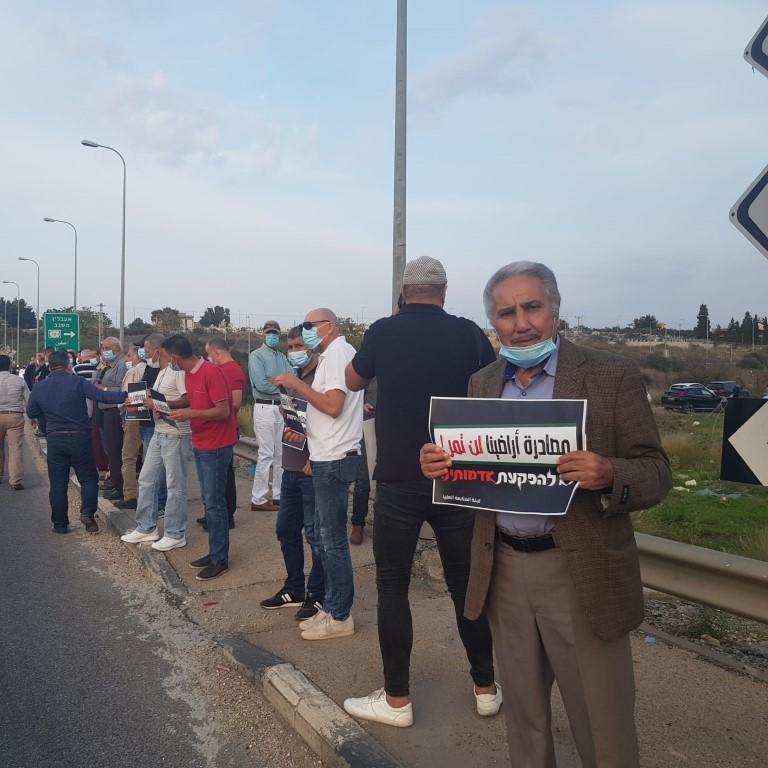 """""""مصادرة أراضينا لن تمر"""": تظاهرة احتجاجية على مفرق شفاعمرو"""