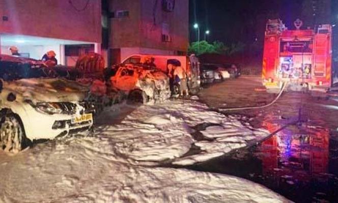 احتراق 3 سيارات وإخلاء بناية سكنية في منطقة حيفا