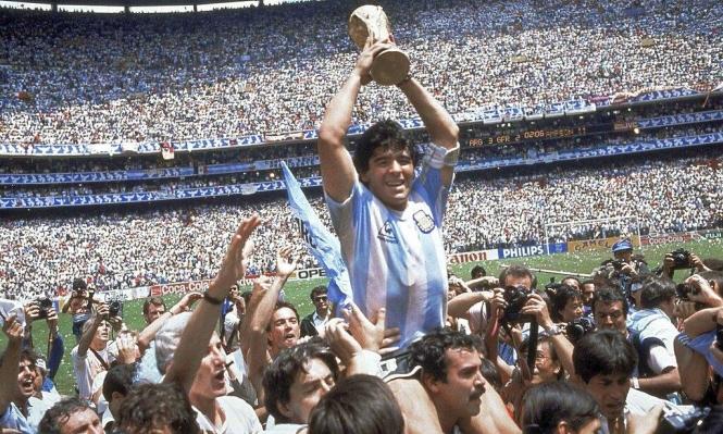 وفاة أسطورة كرة القدم الأرجنتينيّ دييغو مارادونا