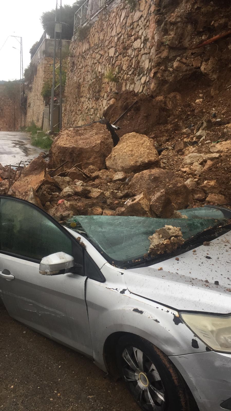 انهيار جدار على سيارة بفعل الأمطار الغزيرة في كفر مندا