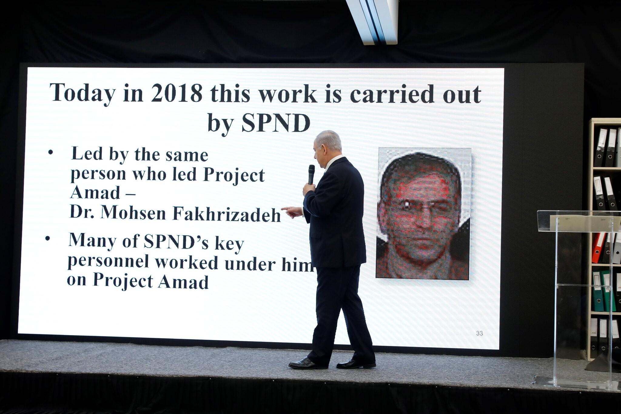 نتنياهو عارضًا صورة فخري زادة عام 2018 (رويترز)