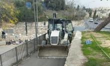 جرافات بلدية الاحتلال تواصل أعمال الحفر بمقبرة الشهداء
