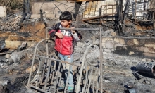 طفل سوريّ لاجئ على أرض مخيّم في منطقة المنية بلبنان التهمته نيران أضرمها لبنانيون