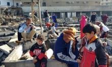 لاجئون سوريّون على أرض مخيّم في منطقة المنية بلبنان التهمته نيران أضرمها لبنانيون