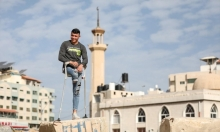 بساق واحدة: غزيّ يتحدى الإعاقة ويمارس رياضة القفز الحر
