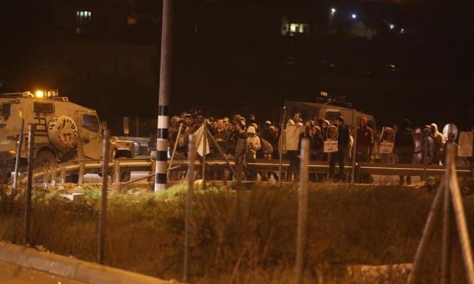 مستوطنون يقطعون طرقات ويعتدون على مركبات فلسطينية