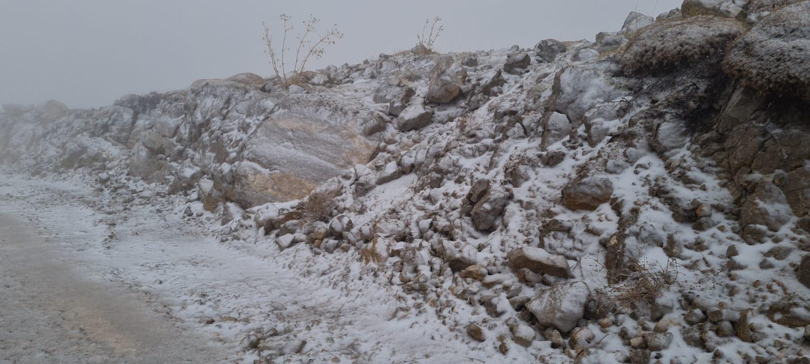 شاهد | تساقط الثلوج على قمة جبل الشيخ