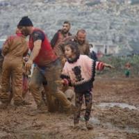 إدلب: اللعب في الطين ملهاة الأطفال النازحين