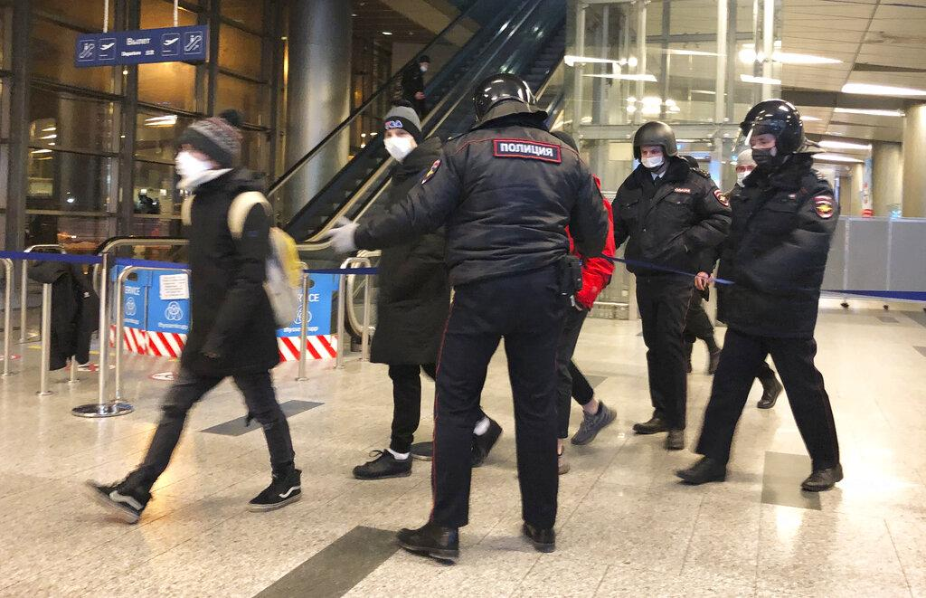 توتّر في موسكو: اعتقال المعارض العائد إلى بلاده نافالني وبعض مناصريه