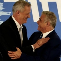 """قادة """"ييش عتيد"""" و""""الإسرائيليين"""": غانتس عبء ولا قيمة انتخابية له"""