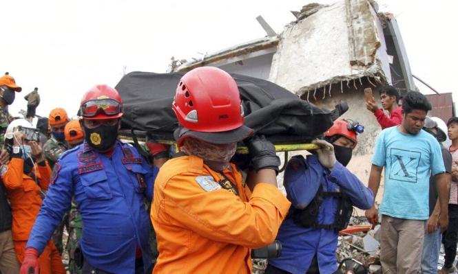 ارتفاع ضحايا زلزال إندونيسيا إلى 56 وتخوف من تسونامي