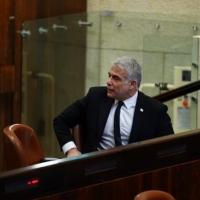 لبيد يحمل نتنياهو مسؤولية وفيات كورونا