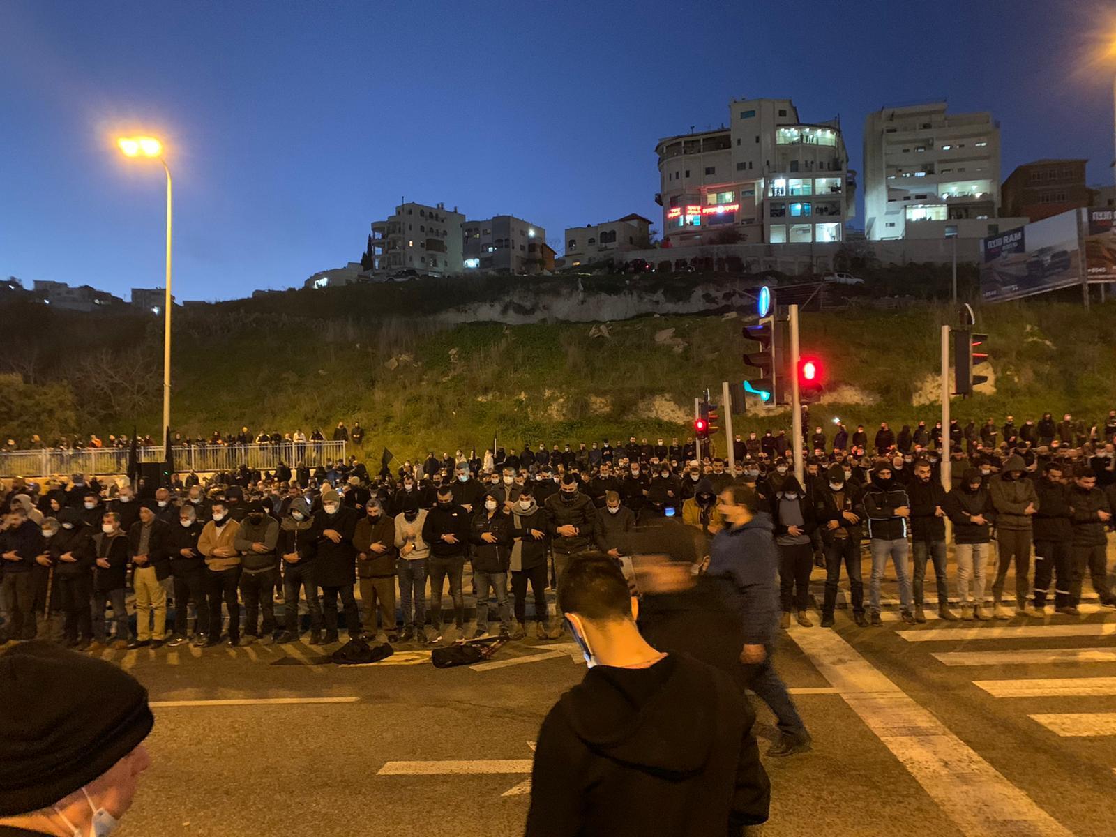 تشييع ضحية القتل بأم الفحم: صلاة جنازة على شارع 65 واعتقال متظاهرين