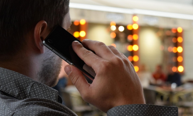 فرنسا توصي بعدم التحدث بالهاتف في المترو وقاية من كورونا
