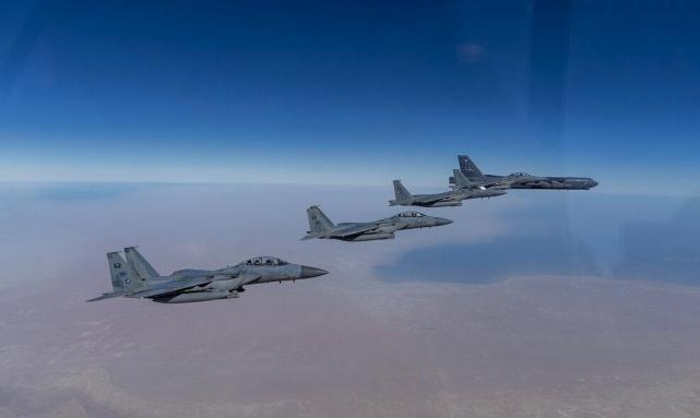 الأولى في عهد بايدن: قاذفة B-52 في المنطقة