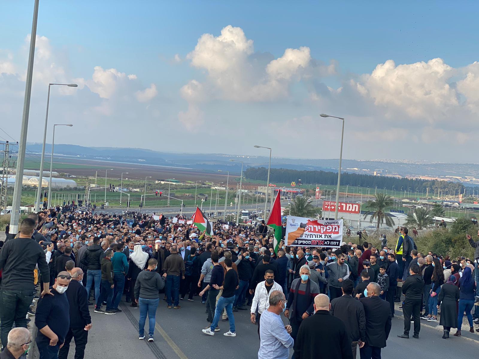 طمرة: الآلاف يتظاهرون ضد الجريمة والشرطة وإغلاق شارع 70