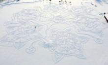 فنلندا: فنان يرسم على الثلج بأقدامه