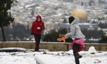 طفلان مقدسيان يلهوان بالثلوج