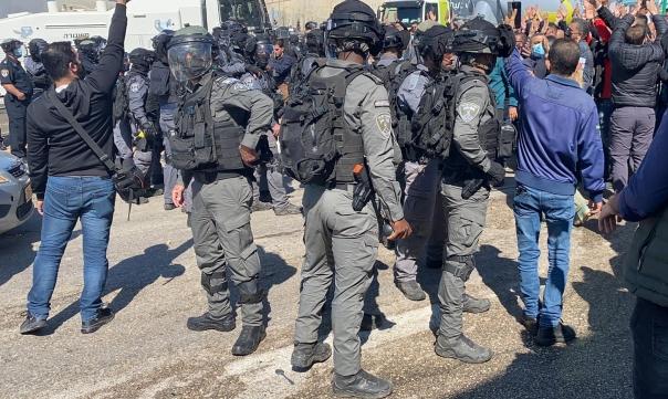 عدالة يطالب بفتح تحقيق مستقل باعتداء الشرطة على المتظاهرين بأم الفحم