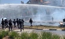 فتح تحقيق باعتداء الشرطة على المتظاهرين بأم الفحم