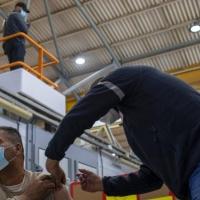 سلطات الاحتلال تبدأ تطعيم 100 ألف عامل فلسطيني