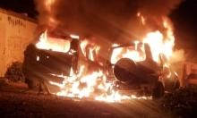 القدس: مستوطنون يحرقون سيارتين ويخطون شعارات عنصرية ببيت إكسا