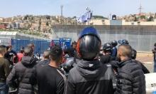 عمال الإرساليات يتظاهرون أمام محطة للشرطة في أم الفحم