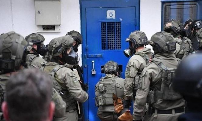 """اقتحام أقسام في سجن """"ريمون"""" و""""اعتداء وحشي"""" على الأسرى"""