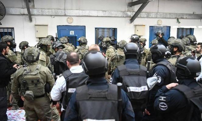 """إدارة سجن """"ريمون"""" تواصل تصعيد إجراءاتها التّنكيلية بحقّ الأسرى"""