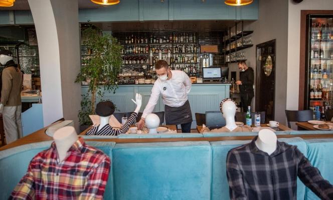 احتجاجًا على الإغلاق: مطعم في كوسوفو يقدم الطعام لتماثيل العرض