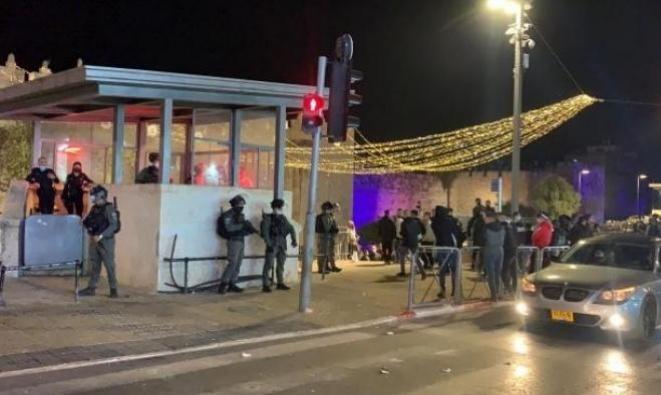 شرطة الاحتلال تمنع المقدسيين من التجمهر عند مدرج باب العامود