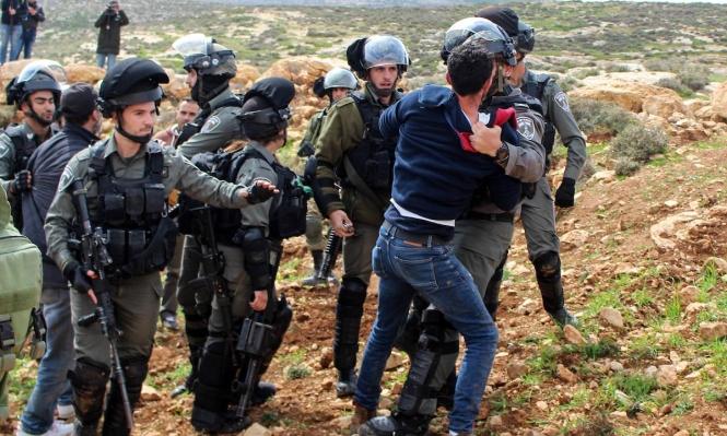 بواسطة كاميرات هواتفهم النقالة: قوات الاحتلال تٌنكل بالمعتقلين الفلسطينيين