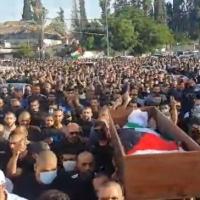 تشييع جثمان الشهيد حسّونة باللد: مواجهات مع الشرطة وإحراق مركبتين لها
